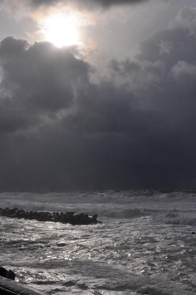 黒い雲、高い波~日本海