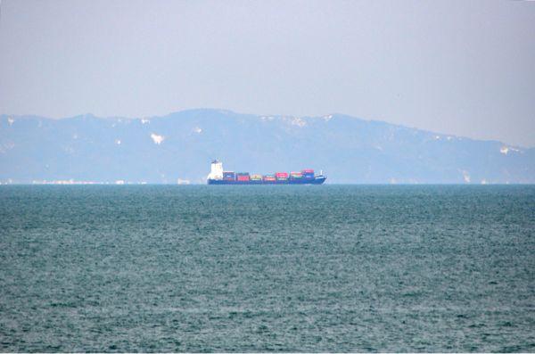 おきを航行するコンテナ船